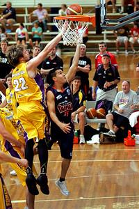 Cairns Taipan Luke Martin tries to beat Sydney King Mark Worthington - NBL Blitz, Coffs Harbour, 8-9 September 2006
