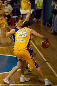 Callum Baynes defends Ian Crosswhite in the low post - NBL Blitz, Coffs Harbour, 8-9 September 2006