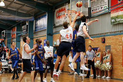 "Bullet Cameron ""Trigger"" Tragardh beats Brett Maher & Nick Horvath, while Lanard Copeland, Ebi Ere, Mark Nash & Brad Williamson look on. NBL Blitz, Coffs Harbour, 8-9 September 2006"