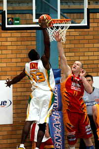 """Bird Man"" Larry Abney dunks over Axel Dench - NBL Blitz, Coffs Harbour, 8-9 September 2006"