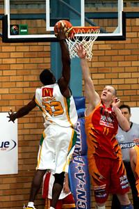 """""""Bird Man"""" Larry Abney dunks over Axel Dench - NBL Blitz, Coffs Harbour, 8-9 September 2006"""