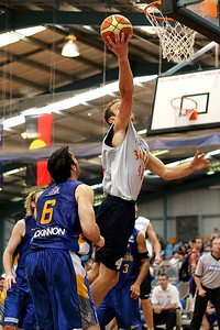 Nick Horvath lays up, watched by Sam Mackinnon - NBL Blitz, Coffs Harbour, 8-9 September 2006