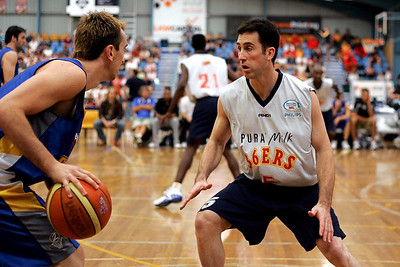 Adelaide 36ers captain Brett Maher defends the Brisbane Bullets' Mick Hill - NBL Blitz, Coffs Harbour, 8-9 September 2006