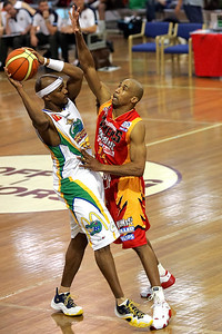 D-Mac (veteran Darryl McDonald) plays D on Jelani Gardner- NBL Blitz, Coffs Harbour, 8-9 September 2006