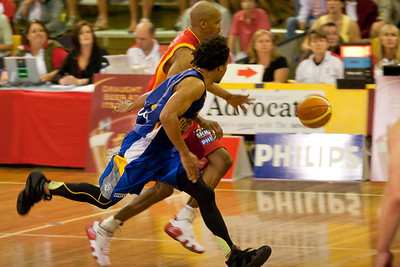 CJ Bruton pressures D-Mac (Darryl McDonald) in the final of the NBL Blitz, Coffs Harbour, 8-9 September 2006