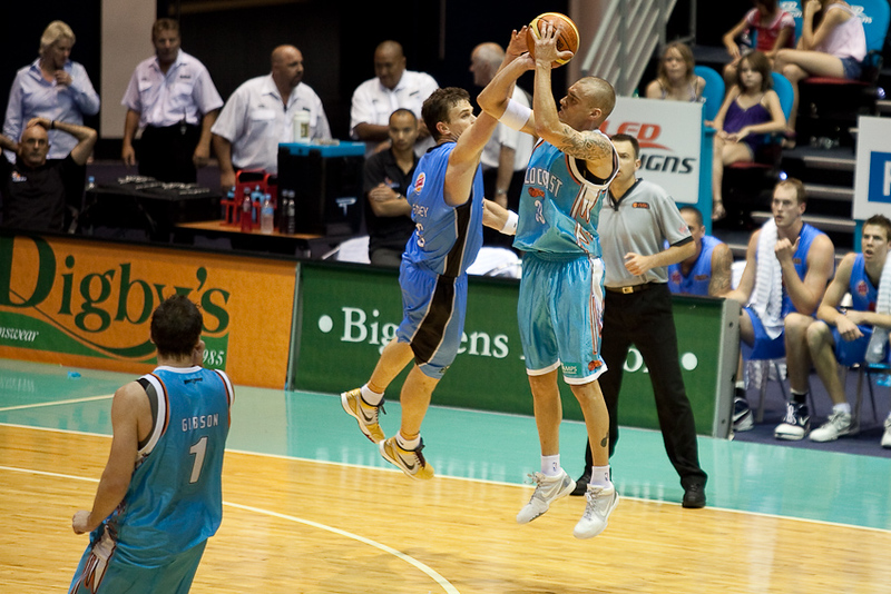 James Harvey shoots while defended by Kirk Penney - Blaze v Breakers 31-12-2009
