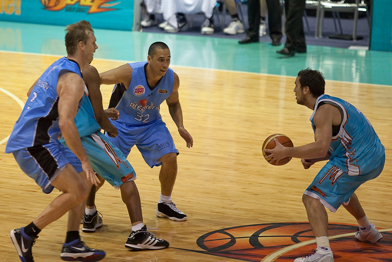Adam Gibson tries to see past his defender Paul Henare and the help defence of Tony Ronaldson - Blaze v Breakers 31-12-2009
