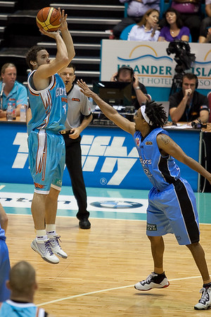 Adam Gibson tries to 'school' his former team mate and mentor CJ Bruton - Blaze v Breakers 31-12-2009