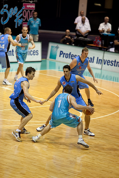 Adam Gibson looks for options as guarded by Oscar Forman and Kirk Penney -  Blaze v Breakers 31-12-2009