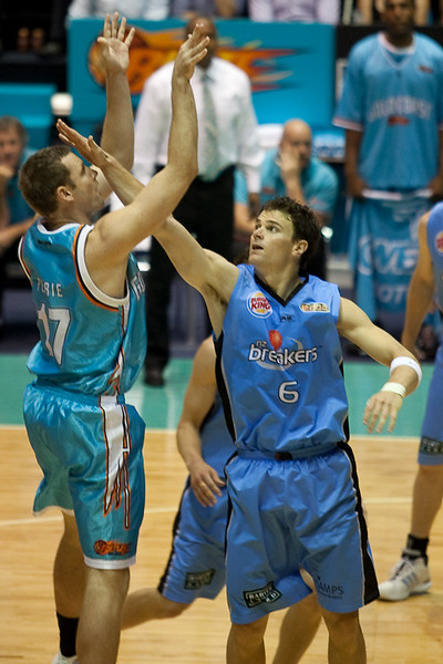 Kirk Penney conducts an eye-sight test for free for Anthony Petrie - Blaze v Breakers 31-12-2009