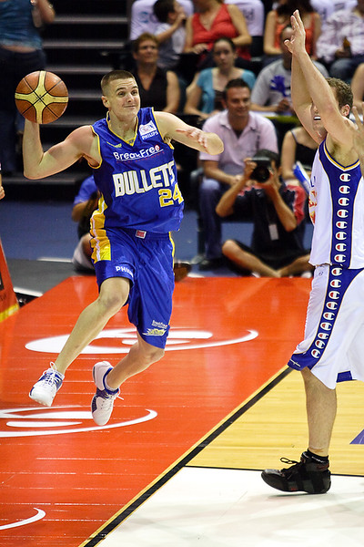 Michael Shaw looks to pass - Brisbane Bullets v Adelaide 36ers 4-2-2006
