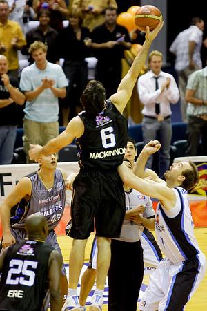 Sam Mackinnon jumps against Ben Pepper - Brisbane Bullets v New Zealand Breakers, 2-12-06