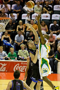 Larry Abney takes on Bobby Brannen - Brisbane Bullets v Townsville Crocs 23 December 2005