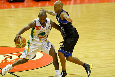 Derek Rucker doesn't risk a foul against Damon Lowery - Brisbane Bullets v Townsville Crocs 23 December 2005