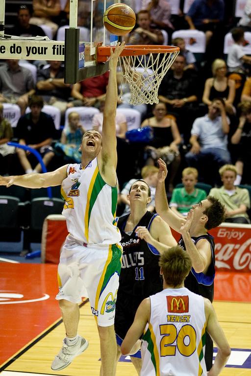 Greg Vanderjagt soars above the others - Brisbane Bullets v Townsville Crocs 23 December 2005