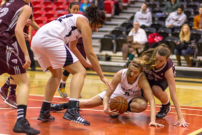 Lindsay Shotbolt scrambling for a loose ball