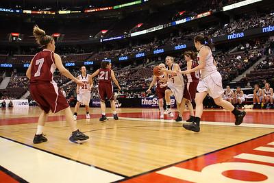 Courtney Smith takes ball towards hoop (6J0E6342)