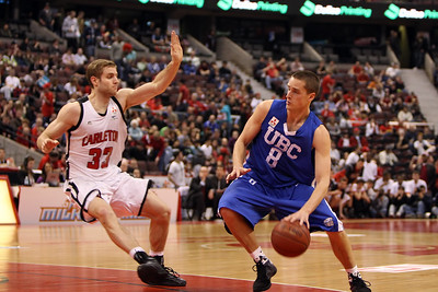 Chris Dyck guarded by Robert Saunders (MURR7866)