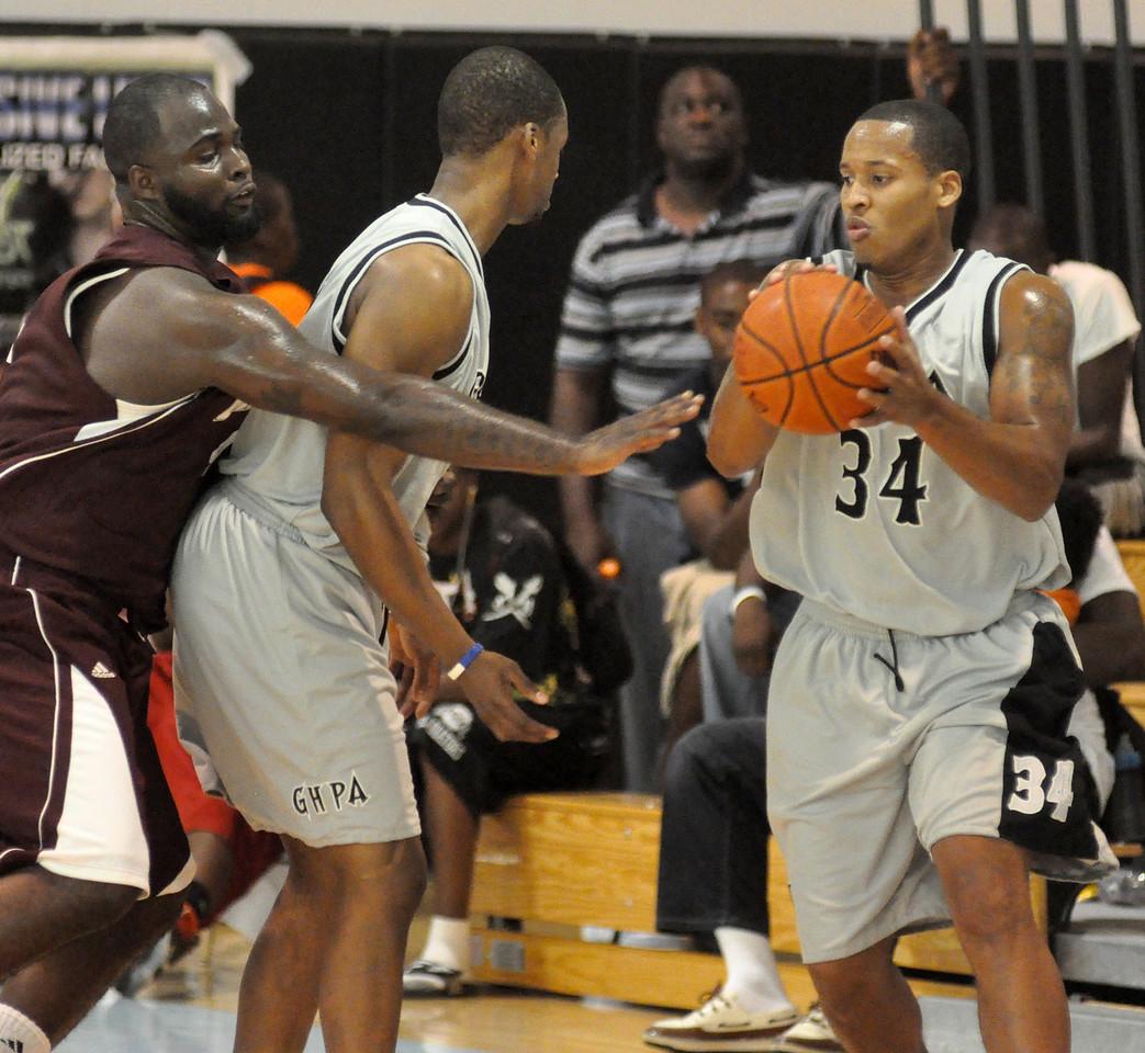 Travis King dribbles off a teammates pick. (7/18/2010)