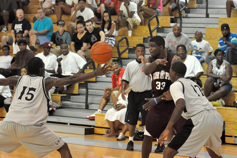 assius Chaney of Simonize with a no look pass on Sunday night against Harte Nissan.(7/18/2010)