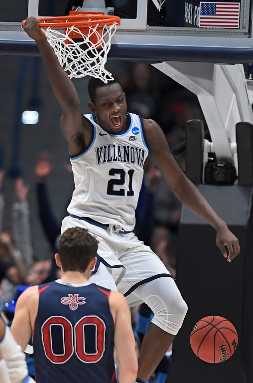 . Villanova\'s Dhamir Cosby-Roundtree (21) reacts after dunking as St. Mary\'s Tanner Krebs (00) looks on during the second half of a first round men\'s college basketball game in the NCAA tournament, Thursday, March 21, 2019, in Hartford, Conn. (AP Photo/Jessica Hill)