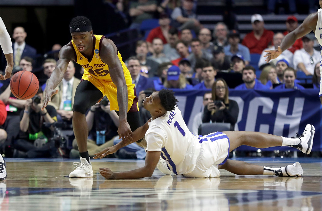 . Buffalo\'s Montell McRae (1) and Arizona State\'s Zylan Cheatham (45) chase a loose ball during the first half of a first-round game in the NCAA men�s college basketball tournament, Friday, March 22, 2019, in Tulsa, Okla. (AP Photo/Jeff Roberson)