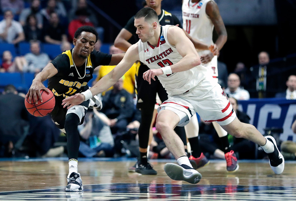 . Northern Kentucky\'s Jalen Tate (11) and Texas Tech\'s Matt Mooney chase a loose ball during the second half of a first-round game in the NCAA men�s college basketball tournament, Friday, March 22, 2019, in Tulsa, Okla. (AP Photo/Jeff Roberson)