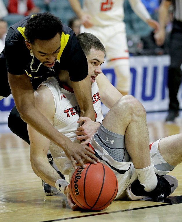 . Northern Kentucky\'s Jalen Tate, left, and Texas Tech\'s Matt Mooney fight for possession of a ball during the first half of a first round men\'s college basketball game in the NCAA Tournament Friday, March 22, 2019, in Tulsa, Okla. (AP Photo/Charlie Riedel)