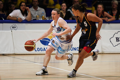Suzie Bates defends Kristi Harrower - WNBL: Logan Thunder v Bendigo Spirit 12 February, 2010. The Bendigo Spirit were down most of the the game, but ended up with the win, 86-82.