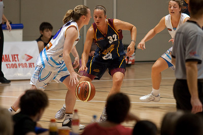 Kristen Veal defends Kristy Harrower - WNBL: Logan Thunder v Bendigo Spirit 12 February, 2010. The Bendigo Spirit were down most of the the game, but ended up with the win, 86-82.