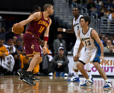 Anthony Parker of the Cleveland Cavaliers is guarded by Kirk Hinrich  of the Washington Wizards.