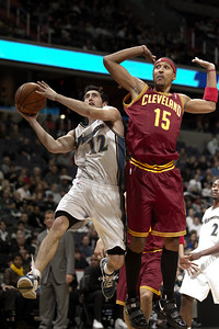 Kirk Hinrich of the Washington Wizards goes up against Jamario Moon of the Cleveland Cavaliers.