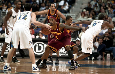 Daniel Gibson of the Cleveland Cavaliers guards Kirk Hinrich of the Washington Wizards.