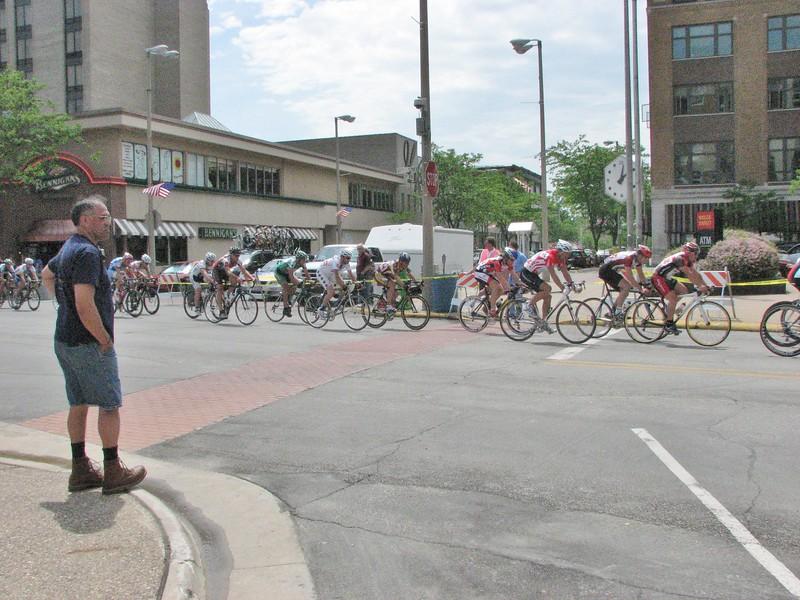 1, 2, 3's 30+ race - Scott Wall on crosswalk
