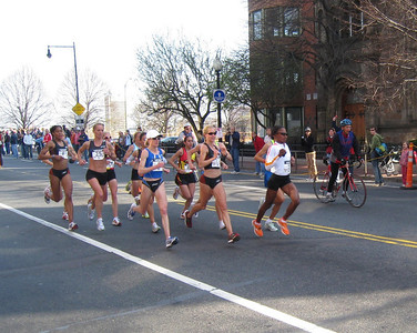 Leader's pack, lap #1 - Deena Kastors is in the white cap in the middle