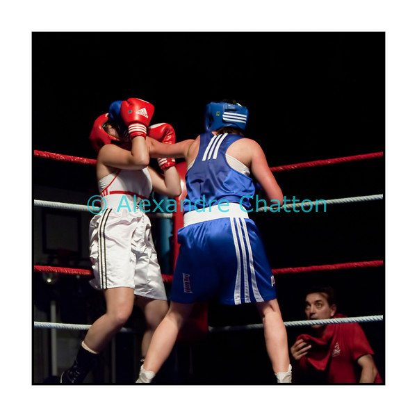 Traditionnel meeting de boxe de Pâques dans la salle polyvalente de Palézieux, organisé par le Boxing-Club de Châtel-St-Denis.<br /> Ici, le match Cornelia Schmidt (rouge) - battue aux points (unanimité) - contre Anaïs Kistler (bleu).