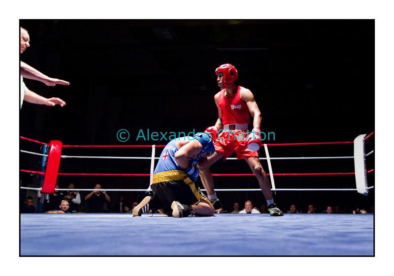 Traditionnel meeting de boxe de Pâques dans la salle polyvalente de Palézieux, organisé par le Boxing-Club de Châtel-St-Denis.<br /> Ici, la fin du match Stéphane Röthlisberger (rouge) vs Simone Rossetto (bleu), gagné par le Suisse sur arrêt de l'arbitre au 1er round.