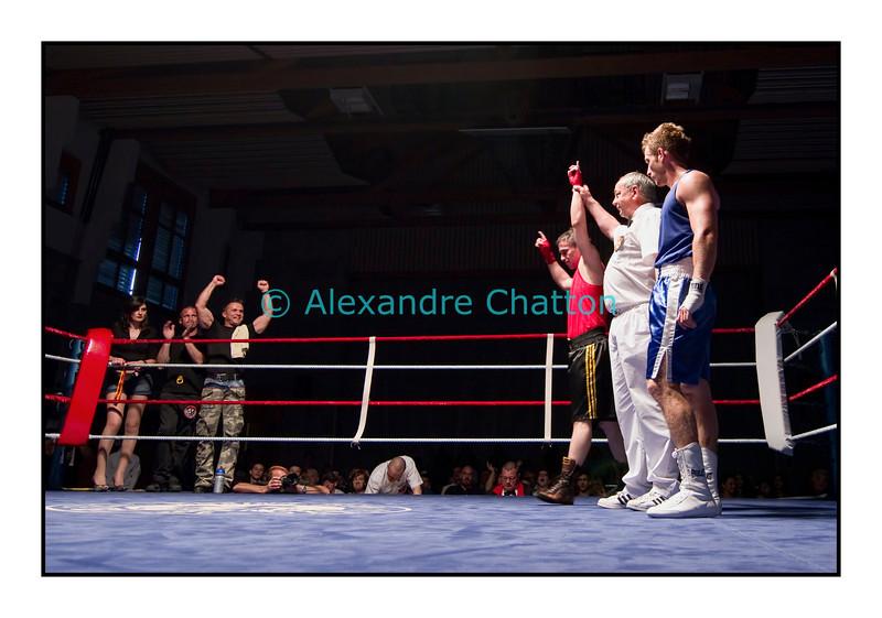 Traditionnel meeting de boxe de Pâques dans la salle polyvalente de Palézieux, organisé par le Boxing-Club de Châtel-St-Denis.<br /> Ici, le combat entre Bojan Todosjevic (en rouge) et Camille Agostini (en bleu), remporté par le Châtelois (en rouge).