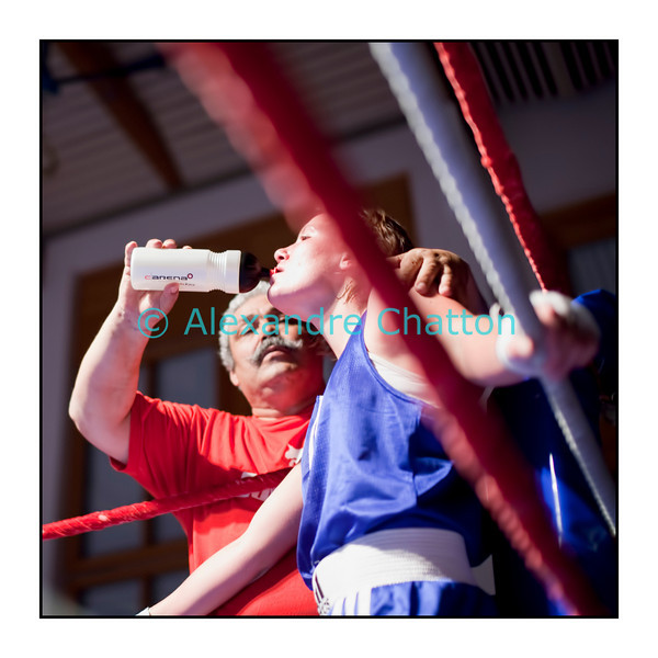 Traditionnel meeting de boxe de Pâques dans la salle polyvalente de Palézieux, organisé par le Boxing-Club de Châtel-St-Denis.<br /> Ici, le match Cornelia Schmidt (rouge) - battue aux points (unanimité) - contre Anaïs Kistler (bleu). Anaïs Kistler avec son entraîneur Fouad Ben Saoud, du CLB (club lausannois de boxe).