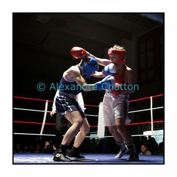 Samedi 7 avril 2012: traditionnel meeting de boxe organisé à Palézieux par le Boxing-Club de Châtel-St-Denis.<br /> Ici, le match entre Pramvera Chappa(rouge), B.C. Martigny, et Caroline Dousse, BC Bulle (bleu).