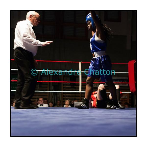 Samedi 7 avril 2012: traditionnel meeting de boxe organisé à Palézieux par le Boxing-Club de Châtel-St-Denis.<br /> Justine Erard, BC Châtel-Saint-Denis (rouge), au tapis dans son match contre Valérie Ntsama, BC Neuchâtel (bleu).