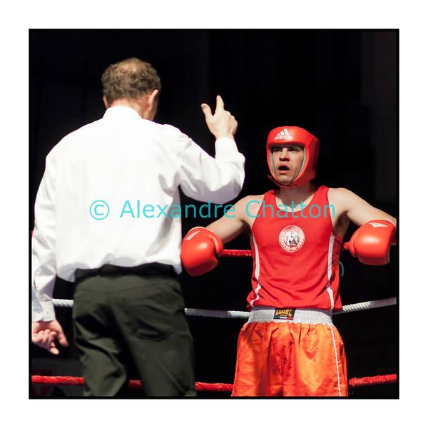 Samedi 7 avril 2012: traditionnel meeting de boxe organisé à Palézieux par le Boxing-Club de Châtel-St-Denis.<br /> Michaël Céléschi, BC Châtel-Saint-Denis, compté par l'arbitre dans son match perdu contre Marzio Franscella , BC Lugano.