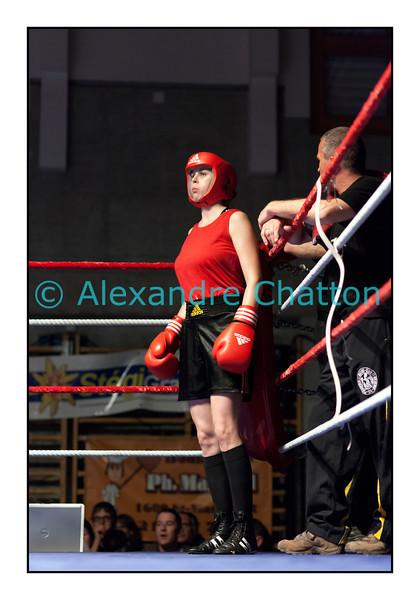 Samedi 7 avril 2012: traditionnel meeting de boxe organisé à Palézieux par le Boxing-Club de Châtel-St-Denis.<br /> Ici, Justine Erard, BC Châtel-Saint-Denis (rouge), dans son coin avc  François Gilliand, avant son match contre Valérie Ntsama, BC Neuchâtel.