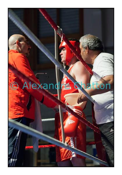 Samedi 7 avril 2012: traditionnel meeting de boxe organisé à Palézieux par le Boxing-Club de Châtel-St-Denis.<br /> Steve Baudin, BC Lausanne (rouge),avant son match contre Zeqa Riza, BC Winterthour (bleu).