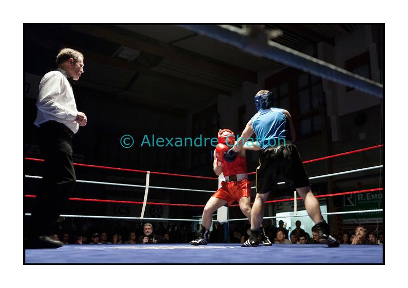 Samedi 7 avril 2012: traditionnel meeting de boxe organisé à Palézieux par le Boxing-Club de Châtel-St-Denis.<br /> Ici, match entre Bielel Medani (rouge) BC Bulle, contre Nicolas Hahlen, BC Monthey (bleu).