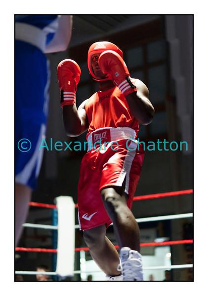 Samedi 7 avril 2012: traditionnel meeting de boxe organisé à Palézieux par le Boxing-Club de Châtel-St-Denis.<br /> Tcharles Per Mendes, BC Octodure (rouge), contre Nicola Bigotta, BC Locarno (bleu).
