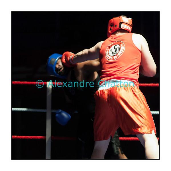 Samedi 7 avril 2012: traditionnel meeting de boxe organisé à Palézieux par le Boxing-Club de Châtel-St-Denis.<br /> Stéphane Oberson, BC Châtel-Saint-Denis (rouge), domine Sabaratnam Janakan, BC Lugano(bleu).