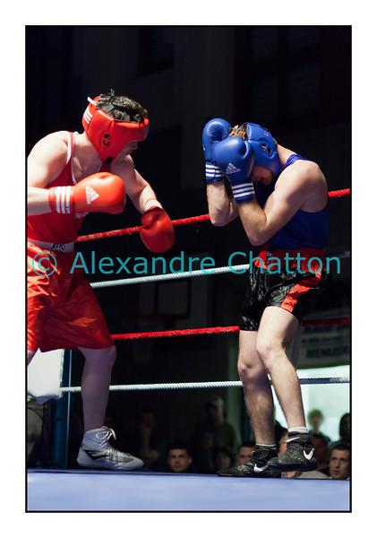 Samedi 7 avril 2012: traditionnel meeting de boxe organisé à Palézieux par le Boxing-Club de Châtel-St-Denis.<br /> Steve Baudin, BC Lausanne (rouge), contre Zeqa Riza, BC Winterthour (bleu).