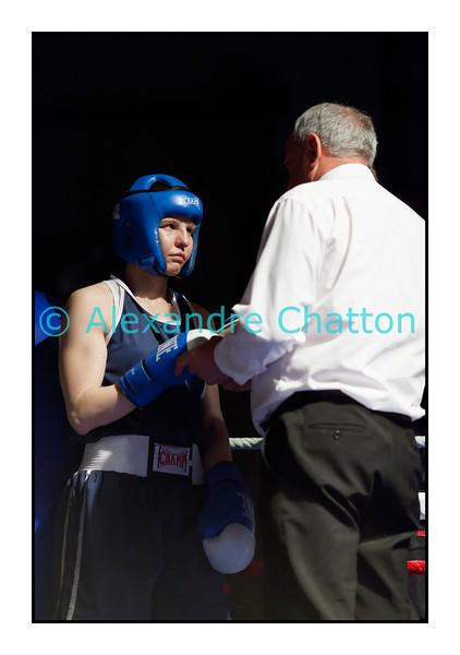 Samedi 7 avril 2012: traditionnel meeting de boxe organisé à Palézieux par le Boxing-Club de Châtel-St-Denis.<br /> Ici, Caroline Dousse (BC Bulle) avant son match contre Pramvera Chappa, B.C. Martigny.