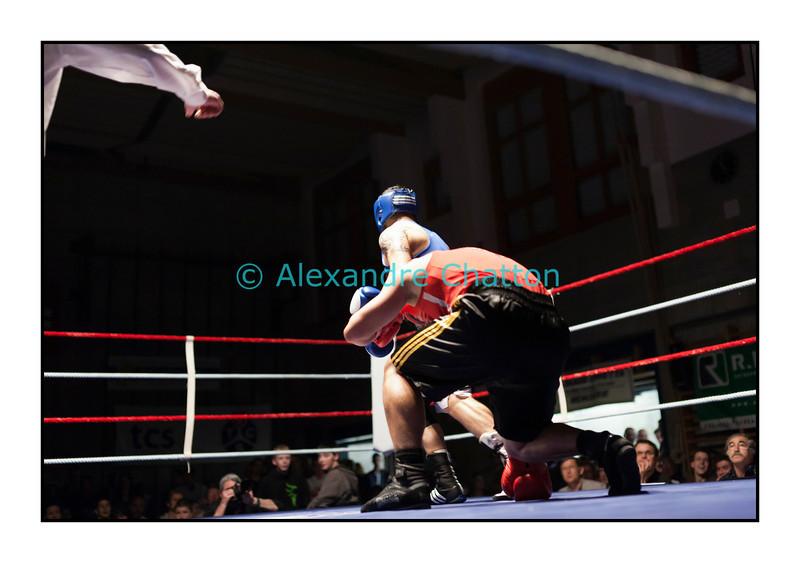Samedi 7 avril 2012: traditionnel meeting de boxe organisé à Palézieux par le Boxing-Club de Châtel-St-Denis.<br /> Bojan Todosjevic, BC Châtel-Saint-Denis (rouge), pose un genou au tapis dans son match contre Robert Barbezat, BC Martigny (bleu).